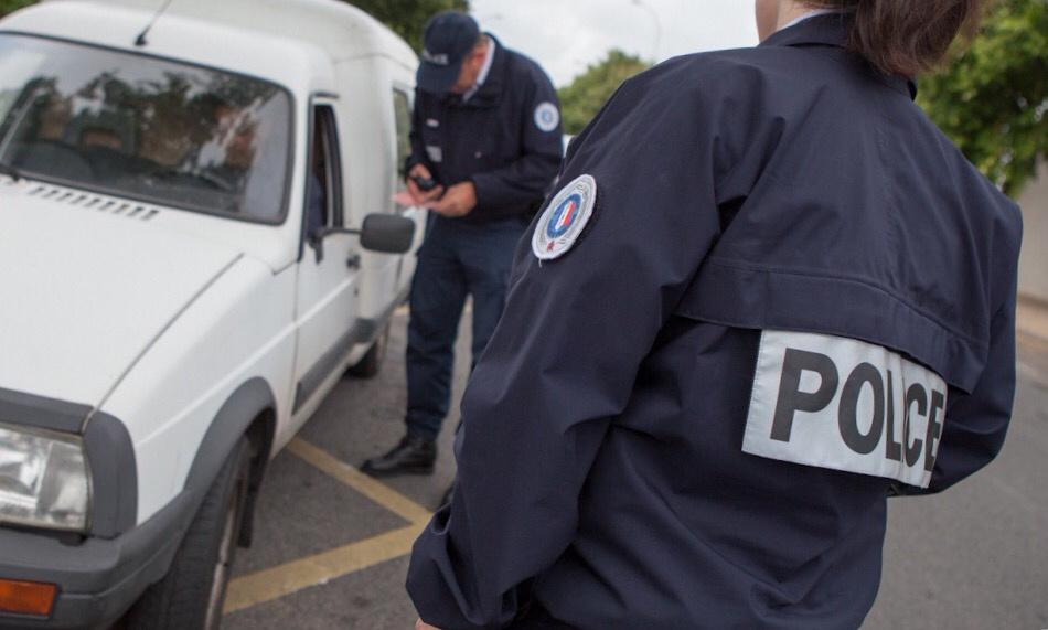 Yvelines : ils chargeaient dans une camionnette des cartons de pièces automobiles volées