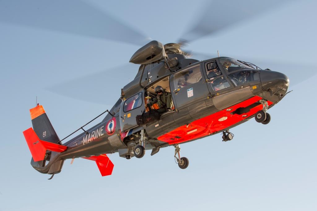 L'héicoptère Dauphin de la Marine nationale est intervenu à deux reprises ce matin pour des plongeurs en difficulté au large de Dieppe (Photo Marine nationale)