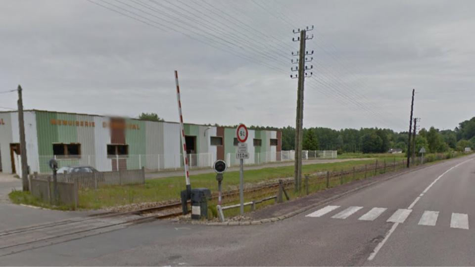 L'accident s'est produit à cet endroit, à proximité du passage à niveau sur la D49 (Illustration)