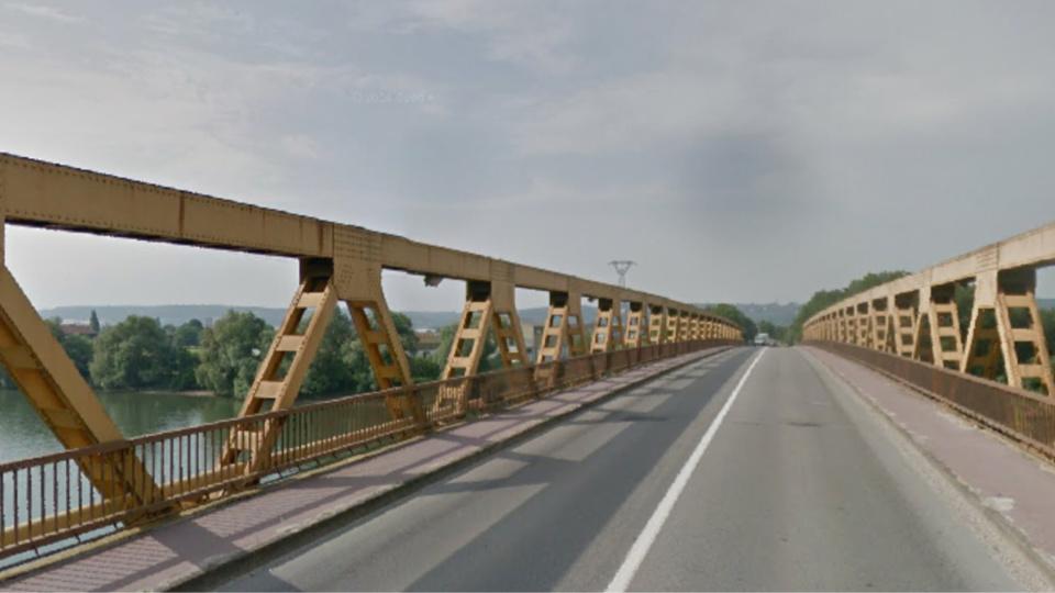 Illustration. Le pont est survenu sur le pont qui enjambe la Seine à la sortie de Auvevoye