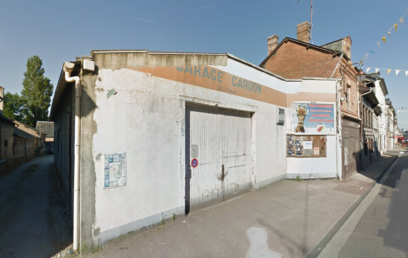 Le feu s'est déclaré dans cet ancien garage situé dans le centre-ville, en bordure de la rue principale. Une enquête est ouverte pour en déterminer l'origine.