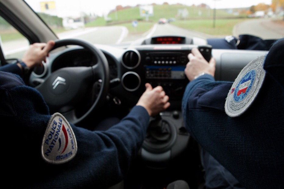 Yvelines : poursuivi par la police, il descend de sa voiture en roulant à Aubergenville
