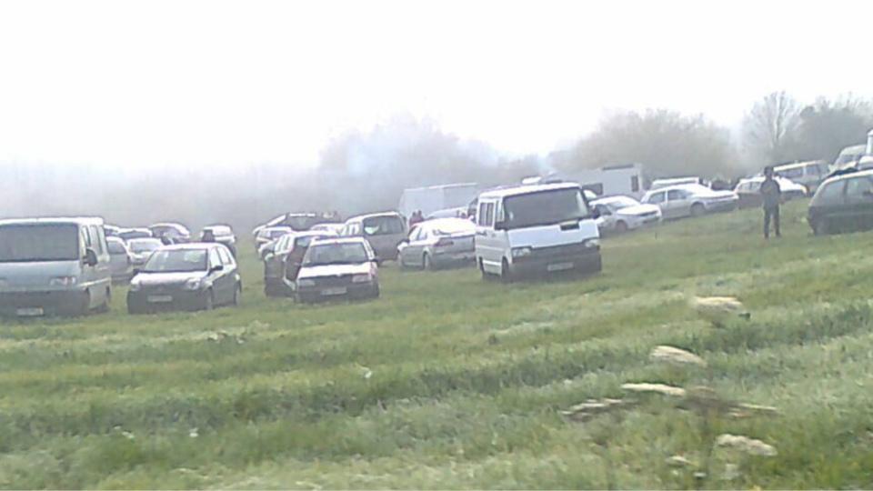 Quelque 700 véhicules ont été comptabilisés sur les terrains situés en bordure de la route de Fourges (Photo @S.B. pour infoNormandie)