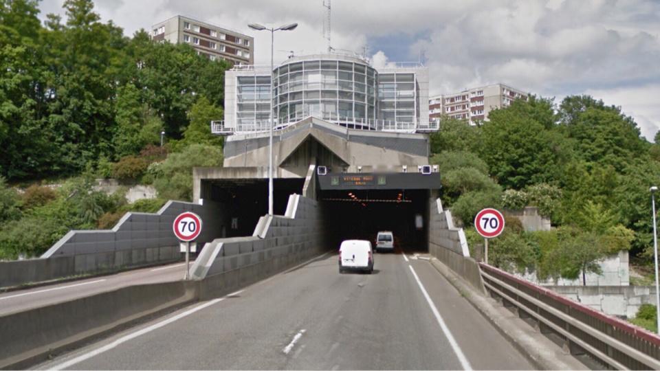 Un camion coincé dans le tunnel de la Grand-Mare à Rouen
