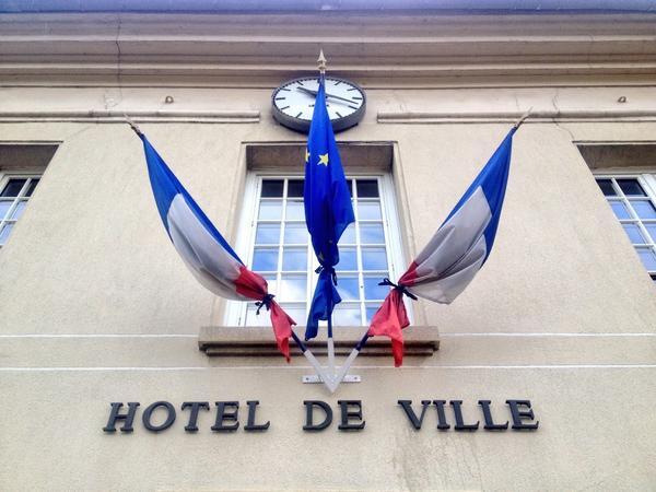 Dans de nombreuses villes et villages, partout en France, les drapeaux sont en berne aux frontons des édifices publics (Photo d'illustration @DR)