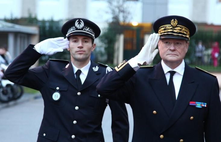 Le commissaire Arnaud Baldon, ici à gauche avec le préfet de l'Eure, René Bidal, lors de son installation officielle au commissariat de Louviers/Val-de-Reuil, le 17 novembre 2014. (Photo : site municipal de Val-de-Reuil)