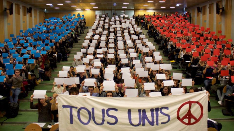 Quelques 600 étudiants réunis dans l'amphithéâtre ont rendu hommage à leur manière aux victimes des attentats (Photo@JM)