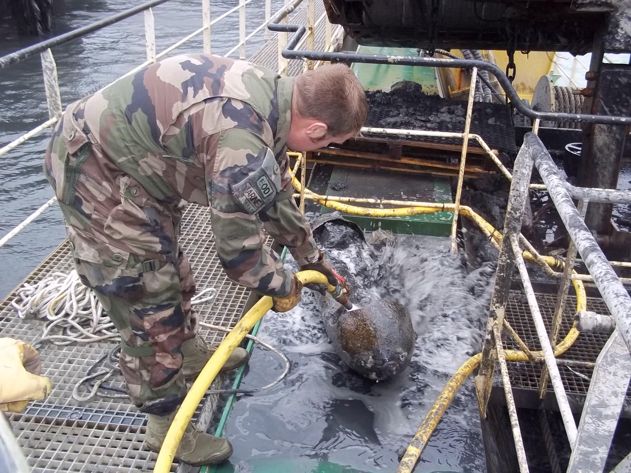 Une bombe américaine de 250 livres coincée dans la drague d'un bâtiment belge a été récupérée par les démineurs au large de Boulogne-sur-Mer (Photo @Prémar)