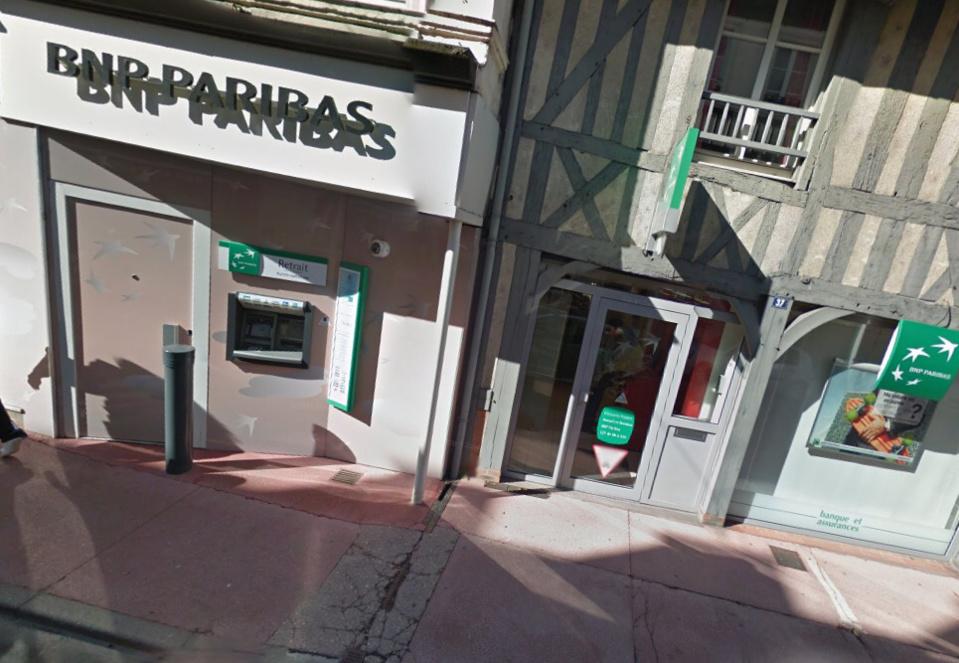 Le sexagénaire reirait de l'argent au distributeur situé à l'abri dans le sas de la banque lorsqu'il a été agressé par deux jeunes individus (@Google Maps)