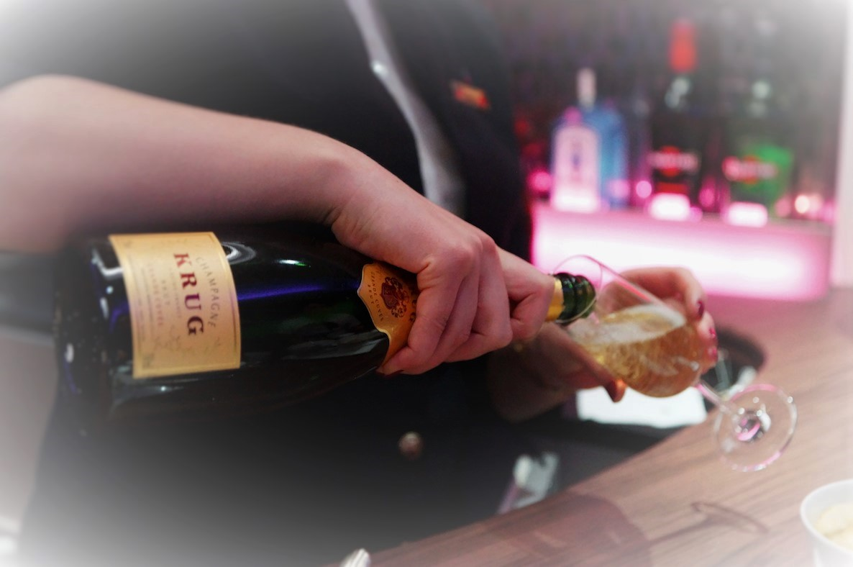 """Les hôtesses étaient """"poussées"""" à faire consommer les clients à coup de bouteilles de champagne avant de pouvoir bénéficier de prestations sexuelles (Photo d'illustration@DR)"""