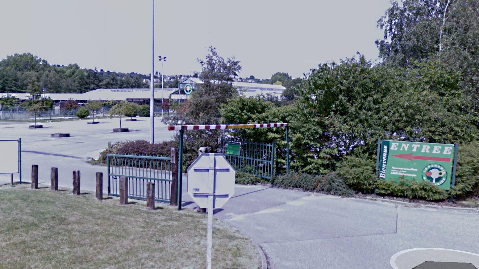La jardinerie est implantée en bordure de la rivière  La Lézarde, dans un endroit isolé da la zone artisanale  (@Google Maps)