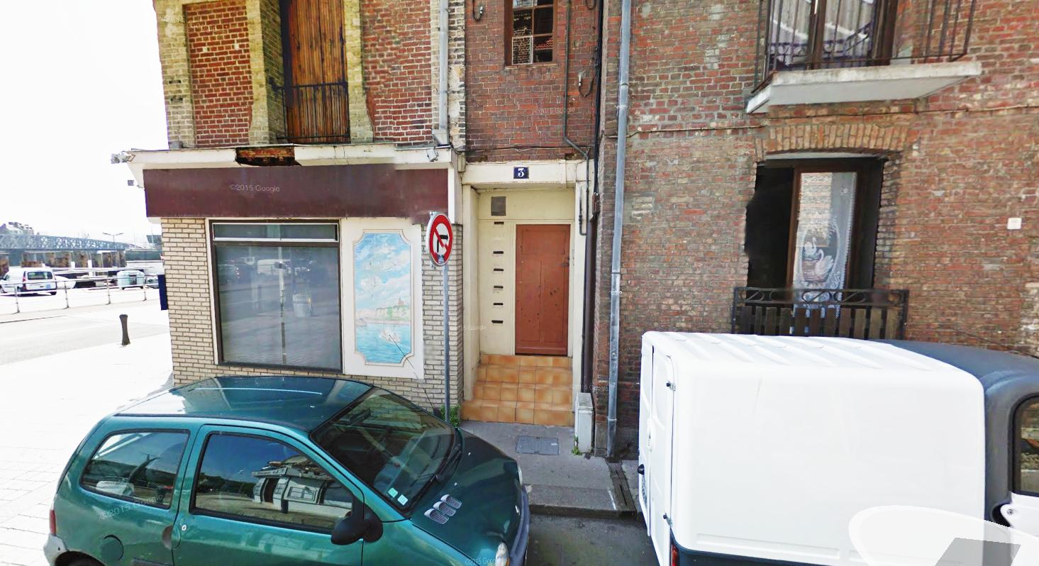 C'est dans un appartement du rez-de-chaussée de cet immeuble au n° rue de la Rade, à l'angle du quai Henri IV, que les quatre hommes passaient la soirée chez l'un d'eux. Tous étaient fortement alcoolisés. Le locataire a reconnu avoir tiré mais selon lui le tir est parti accidentellement