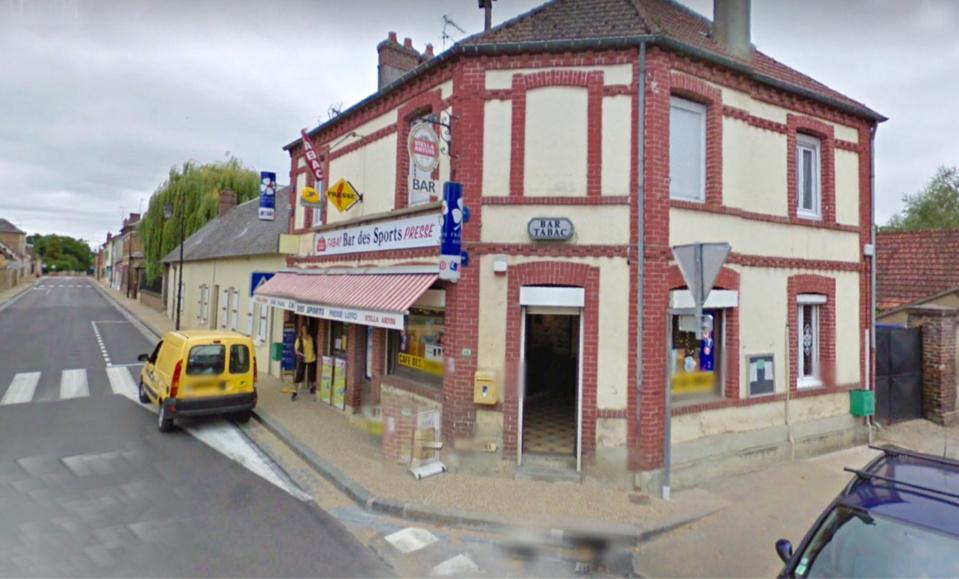 Les commerçants ont d'abord cru à une plainsanterie en voyant les quatre hommes encagoulés pénétrer dans le bar-tabac (Illustration)