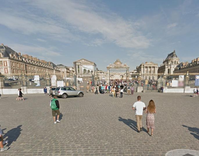L'homme dépressif s'en est pris aux militaires en faction sur la place d'Armes à l'entrée du Château de Versailles (Illustration@Google maps)