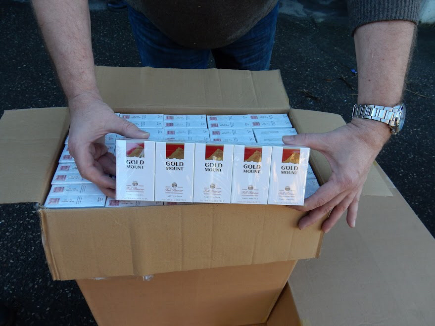 50 000 cartouches de cigarettes de contrebande saisies dans un camion de mobilier de bureau