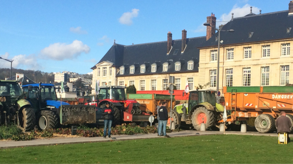 Les agriculteurs sont rassemblés depuis ce midi devant la préfecture de Région à Rouen (Photos@M.L pour infoNormandie)