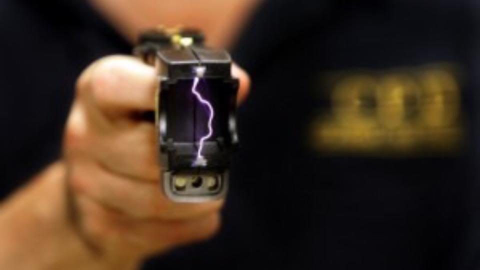 Les policiers ont fait usage de leur pistolet à impulsions électriques pour neutraliser l'individu (Illustration)