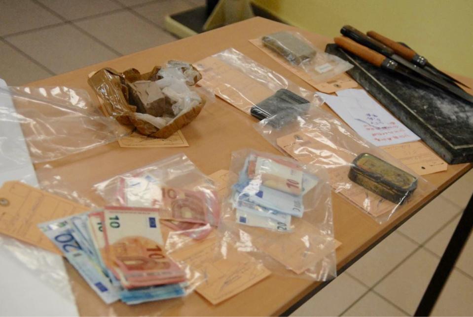 Drogue, argent et matériel destiné au trafic ont été saisis par les gendarmes (Photo@gendarmerie/Facebook)