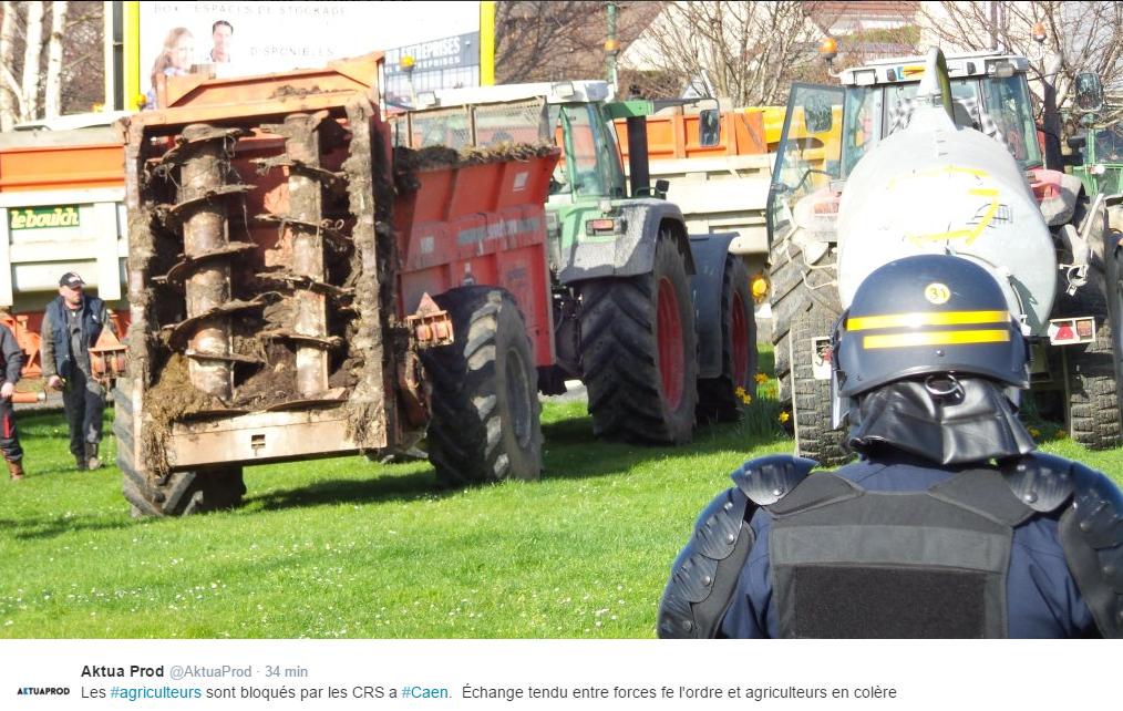 A Caen, les agriculteurs sont bloqués ce midi par les CRS (Photo@Julien Bouteiller pour Aktua Prod)