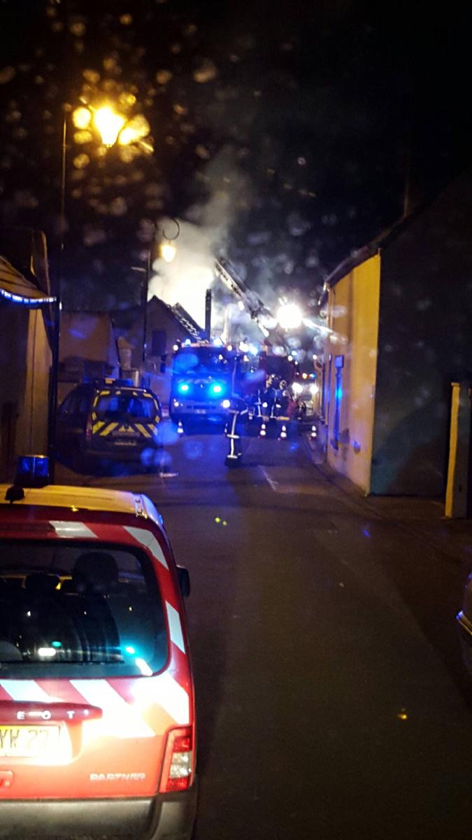 Une vingtaine de sapeurs-pompiers ont été mobilisés sur les lieux de l'incendie (Photo d'une lectrice d'infoNormandie)