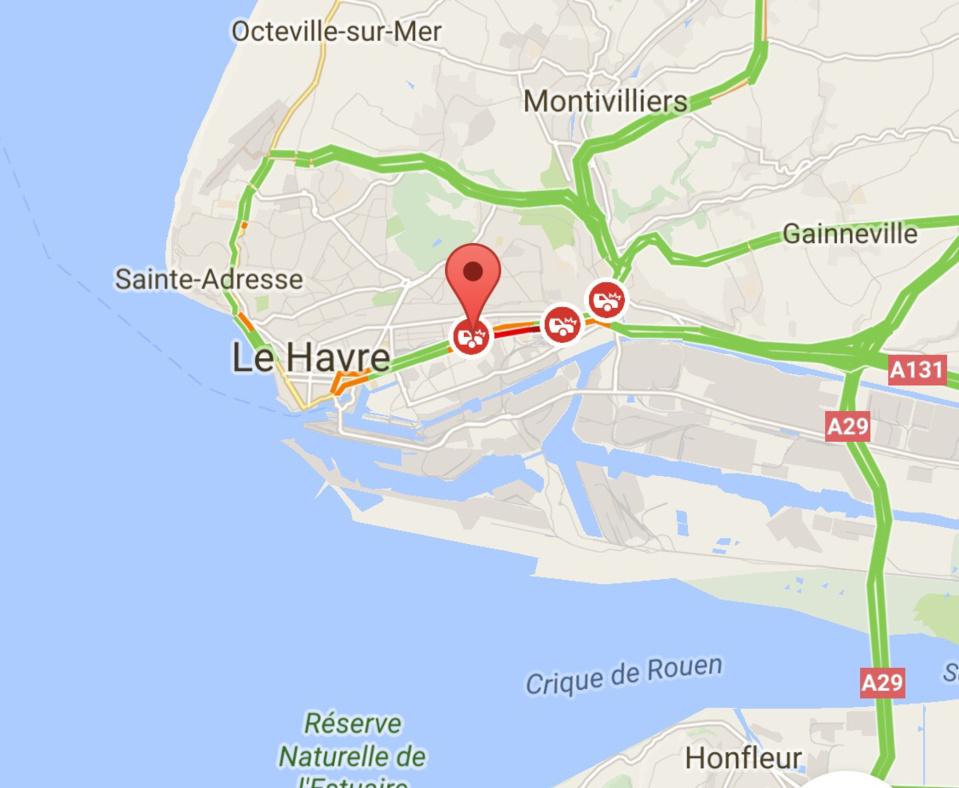 Le Havre : un poids-lourd défonce un muret, le chauffeur tombe 10 m en contrebas d'un pont