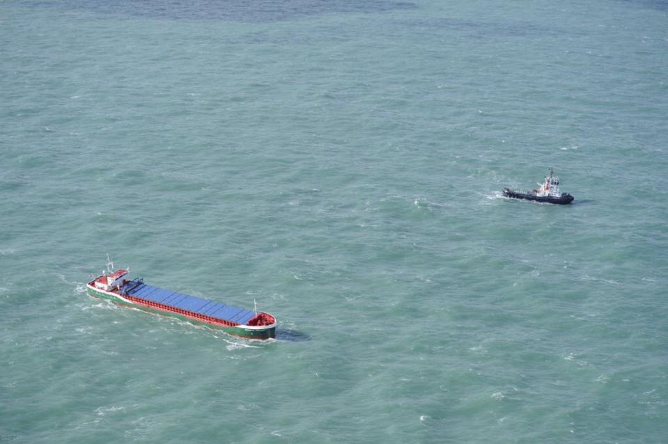Le cargo en difficulté a été assisté par les moyens maritimes habituels (Photos@Marine nationale)