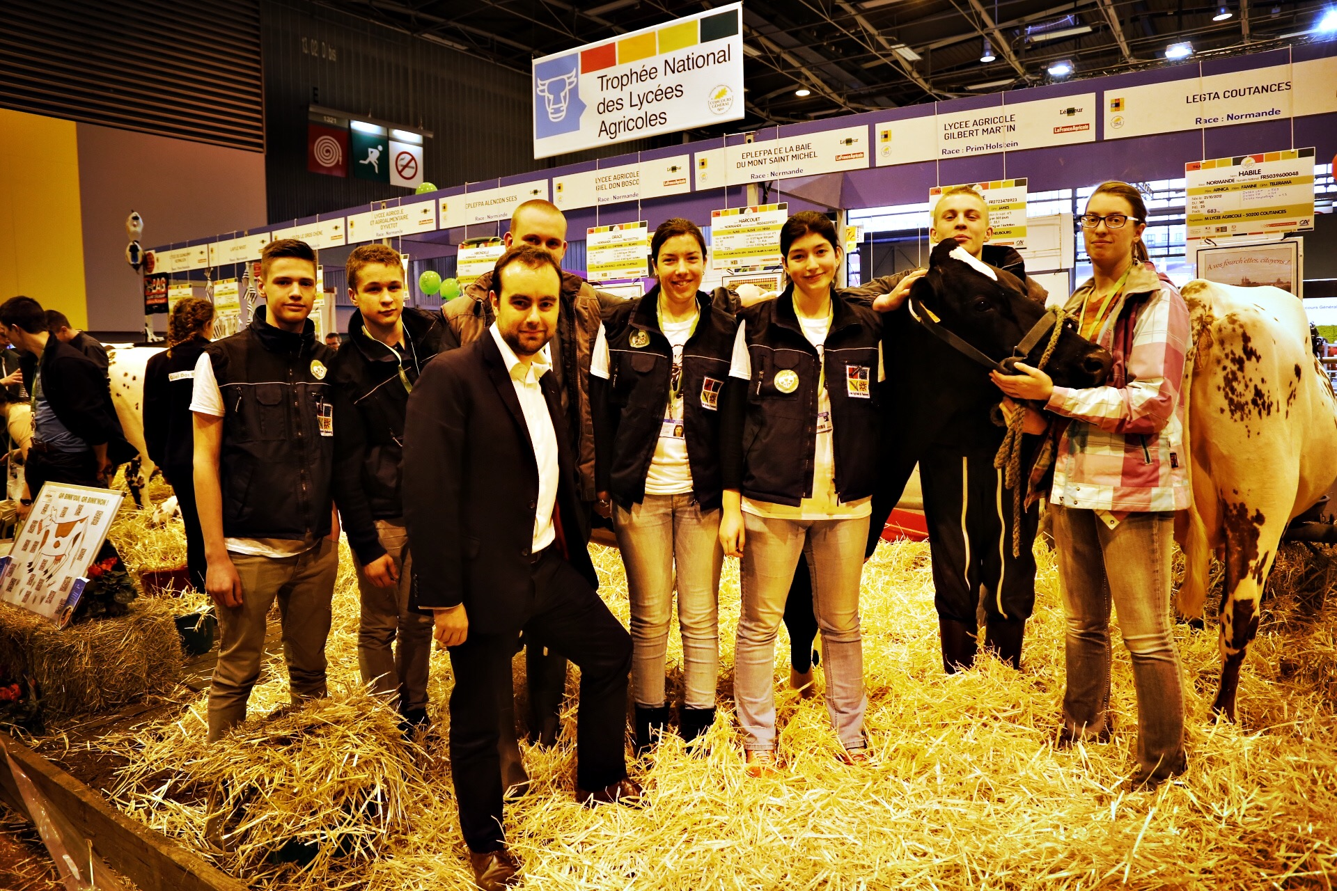 Le président de l'Eure, Sébastien Lecornu, avec les élèves du lycée agricole du Neubourg venus présenter la vache Génie (Photo@CD27)