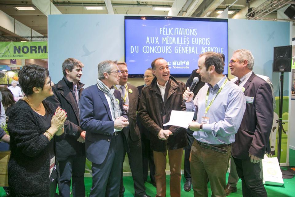 La remise des prix du concours général agricole a eu lieu vendredi matin sur le stand de l'Eure en présence du Président du Département de l'Eure, Sébastien Lecornu qui aura passé la semaine sur le salon et rencontré tous les acteurs du monde agricole (Photo@CD27)