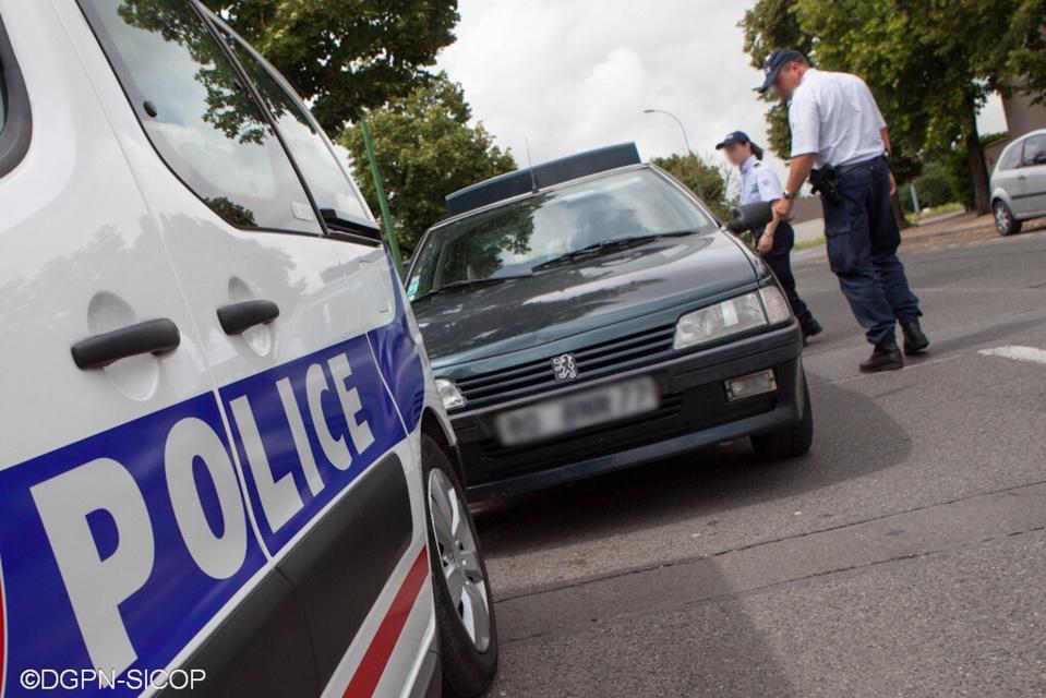 Trappes : l'apprenti menace des policiers avec une feuille de boucher