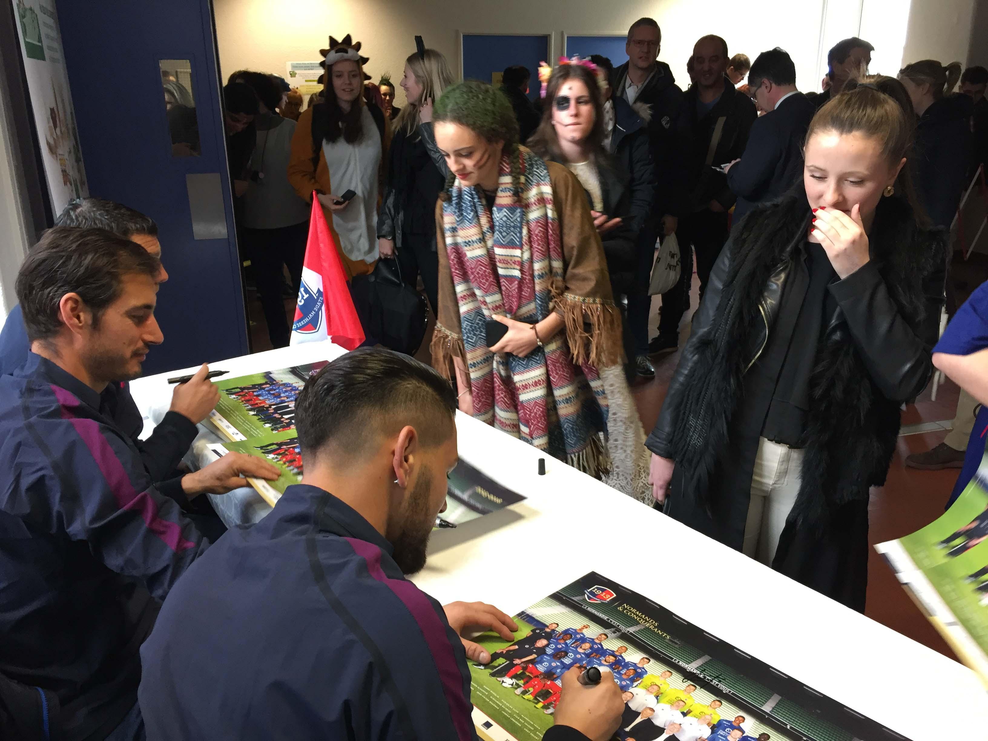 Séance de dédicaces pour les trois joueurs du Stade Malherbe de Caen (Photo@DR)