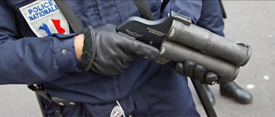 Les forces de l'ordre ont fait usage d'un lance-grenades pour disperser les lanceurs de pierres (Illustration)