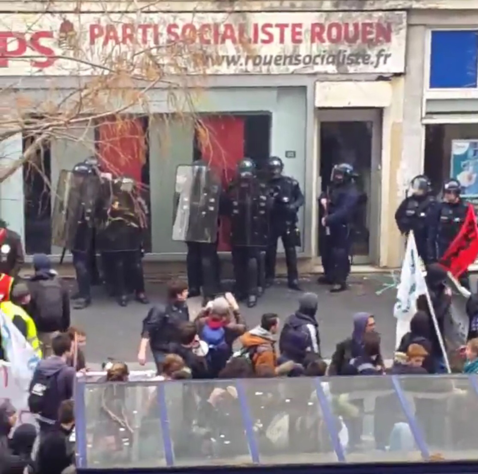 Des policiers de la CDI étaient chargés d'assurer la protection de la permanence du Parti socialiste à Rouen (Capture d'écran vidéo@@Seldaizi/Twitter)