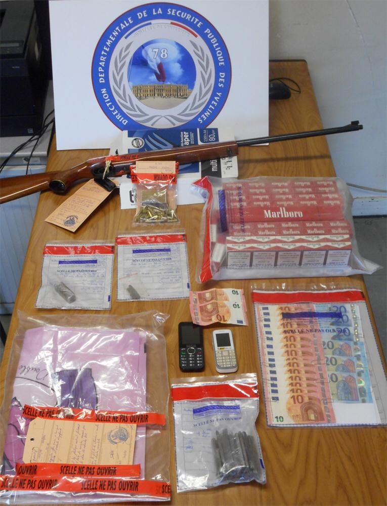 Au domicile du dealer, les policiers ont saisi de la résine de cannabis, de l'argent en petites coupures, une carabine avec ses cartouches (Photo@DDSP78)
