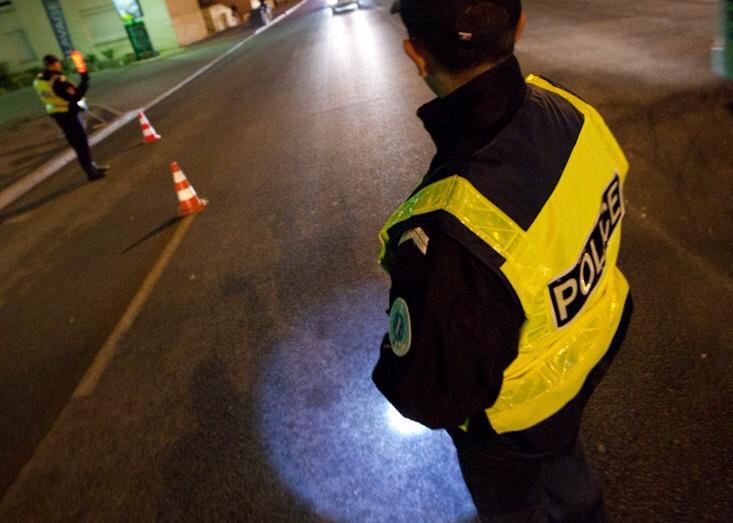 Le scooter a foncé sur les policiers qui lui faisaient signe de s'arrêter. (Illustration)