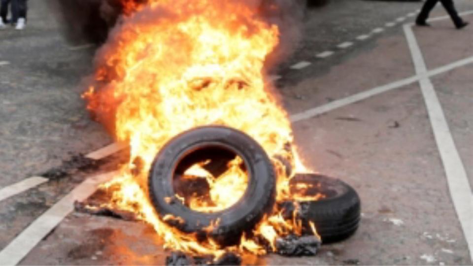 Les manifestants ont brûlé des pneus à l'entrée du pont Mathilde (Illustration)