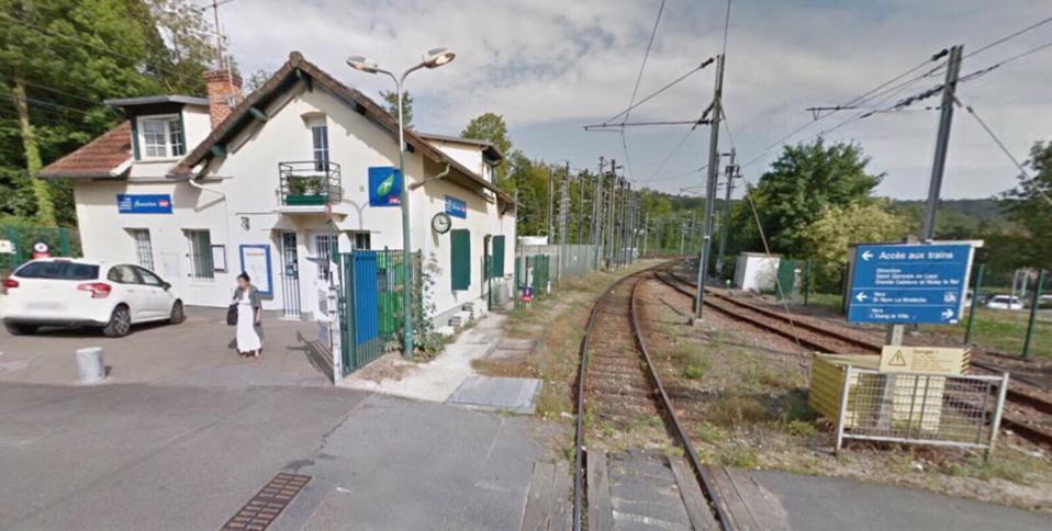 un homme sur les voies le train est bloqu en gare de saint nom la bret che. Black Bedroom Furniture Sets. Home Design Ideas