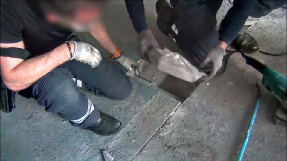 La drogue, détectée par le scanner mobile, était dissimulée dans le plancher du poids lourd (Photo@Douane française)