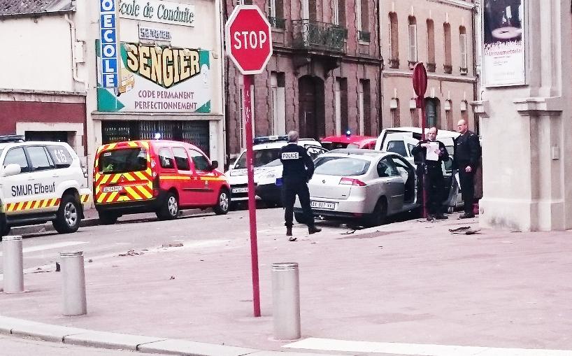 Les victimes sortaient du Cirque-Théâtre, rue Henry, lorsqu'ils ont été fauchés par la voiture folle (Photo@Tayl_R/Twitter)