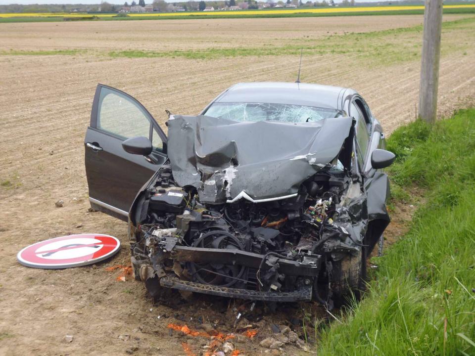 La Citroën a été fortement endommagée sous la violence du choc