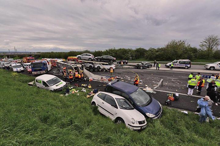 Le semi-remorque transportant des véhicules a traversé le terre-plein central de l'autoroute et s'est immobilisé sur les voies inverses (Photo@Sdis78)