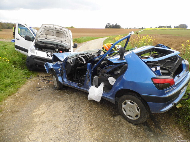 Les deux véhicules se sont percutés de face sur ce chemin particulièrement étroit (Photo@DR)