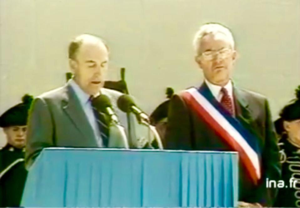 Jean-Marie Girault au côté de Francois Mitterrand lors de l'inauguration le 6 juin 1988 du Mémorial de Caen (capture écran @Ina)