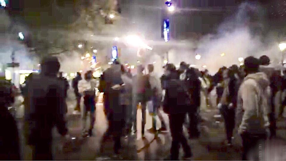 Aux jets de projectiles, les forces de l'ordre ont répliqué par des jets de gaz lacrymogène ce dimanche soir sur la place de la République (Capture d'écran@Rémy Buisine/Périscope)