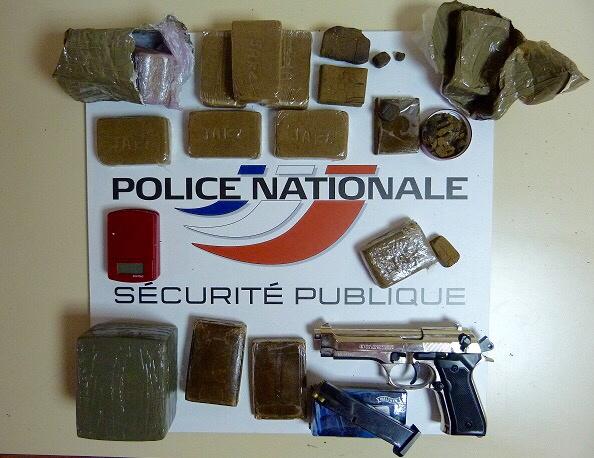 La drogue et le pistolet à grenailles ont été saisis par les enquêteurs (Photo@DDSP76)