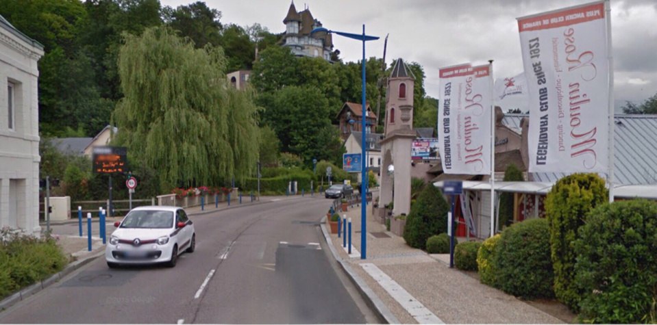 Le piéton a été fauché par le véhicule sur le bas-côté de la route de Paris, près de la discothèque le Moulin Rose (illustration)
