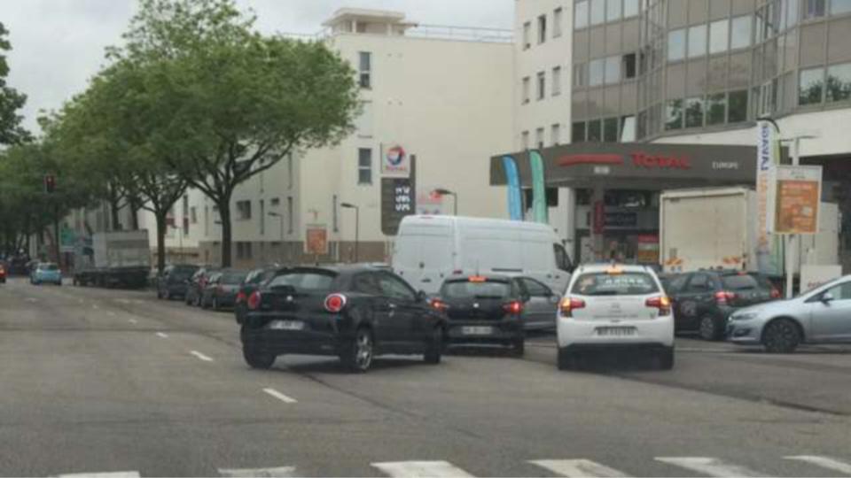 Ce matin, à Rouen, les fils d'attente étaient encore nombreuses aux pompes (photo@N.C./infoNormandie)