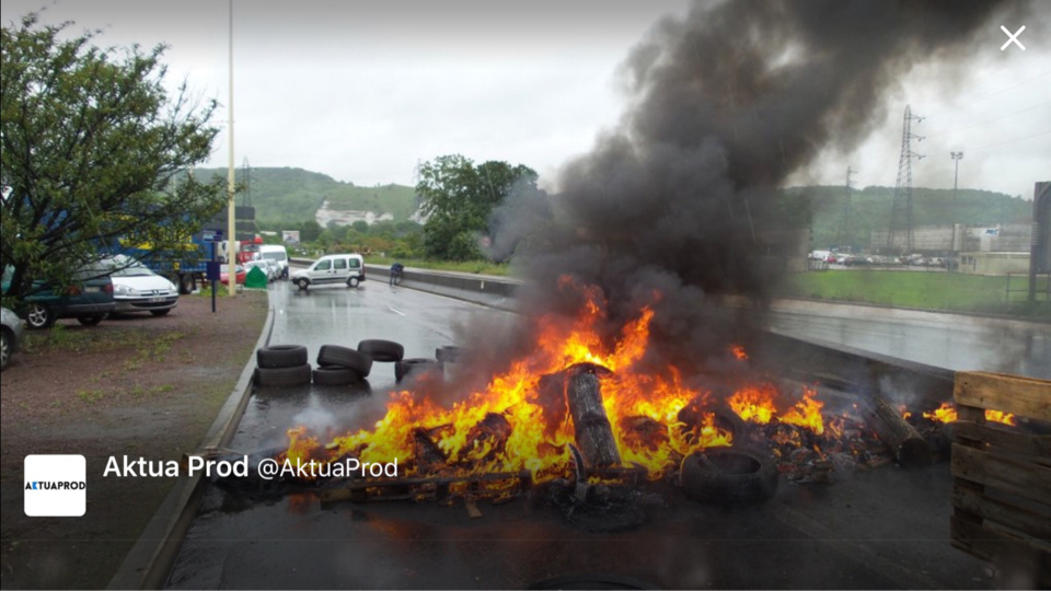 Quatre manifestants ont été interpellés pour entrave à la libre circulation (Photo du barrage au rond-point des Vaches@AktuaProd)