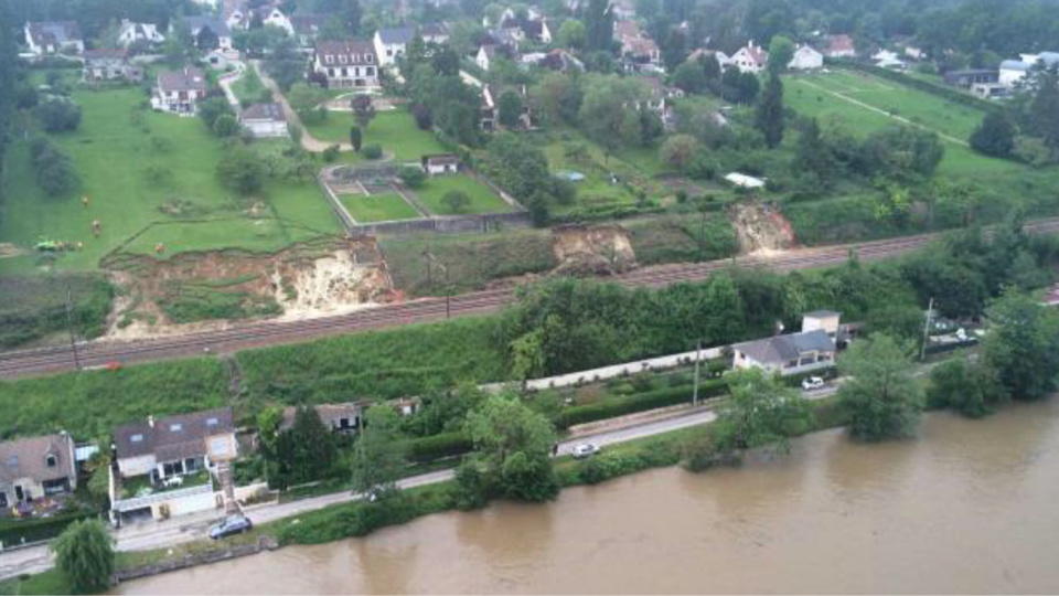 Des glissements de terrain sur les voies se sont produits à Saint Fargeau, dans l'Yonne (Photo@SNCF)