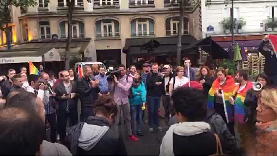 Ce soir à Paris, 150 à 200 personnes se sont recueillies place Stravinski, en hommage aux victimes d'Orlando (Photo@Rémy Buisine/Periscope)