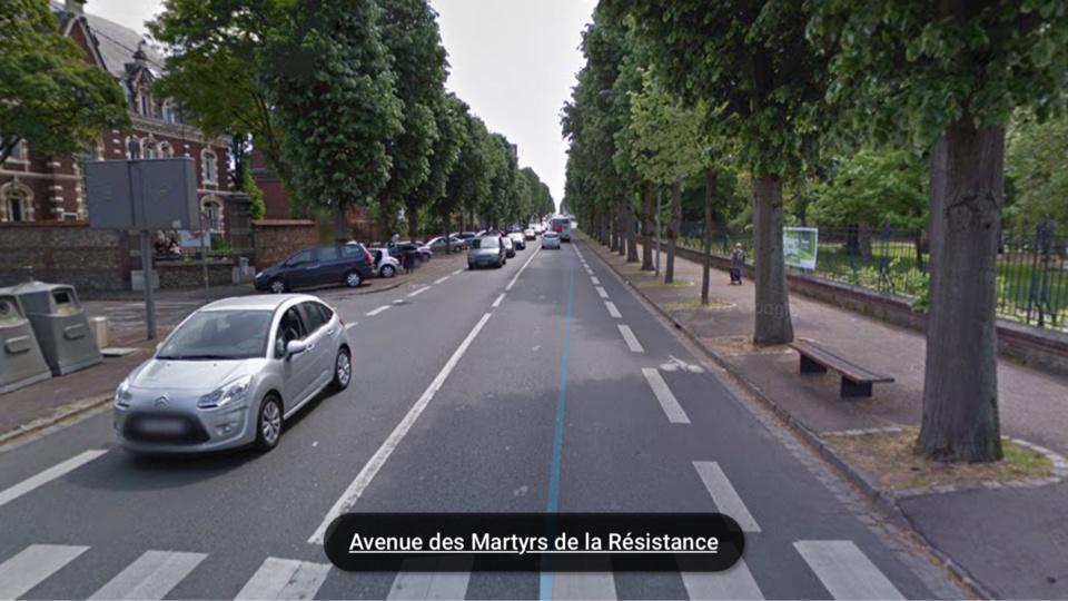 La Peugeot 407 se dirigeait vers le rond-point des Bruyères. A hauteur du jardin des Plantes (à droite), il s'est déporté sur la voie de gauche, a percuté un panneau Stop à l'angle de la rue Linné (à gauche) et s'est encastrée dans un arbre (Illustration)